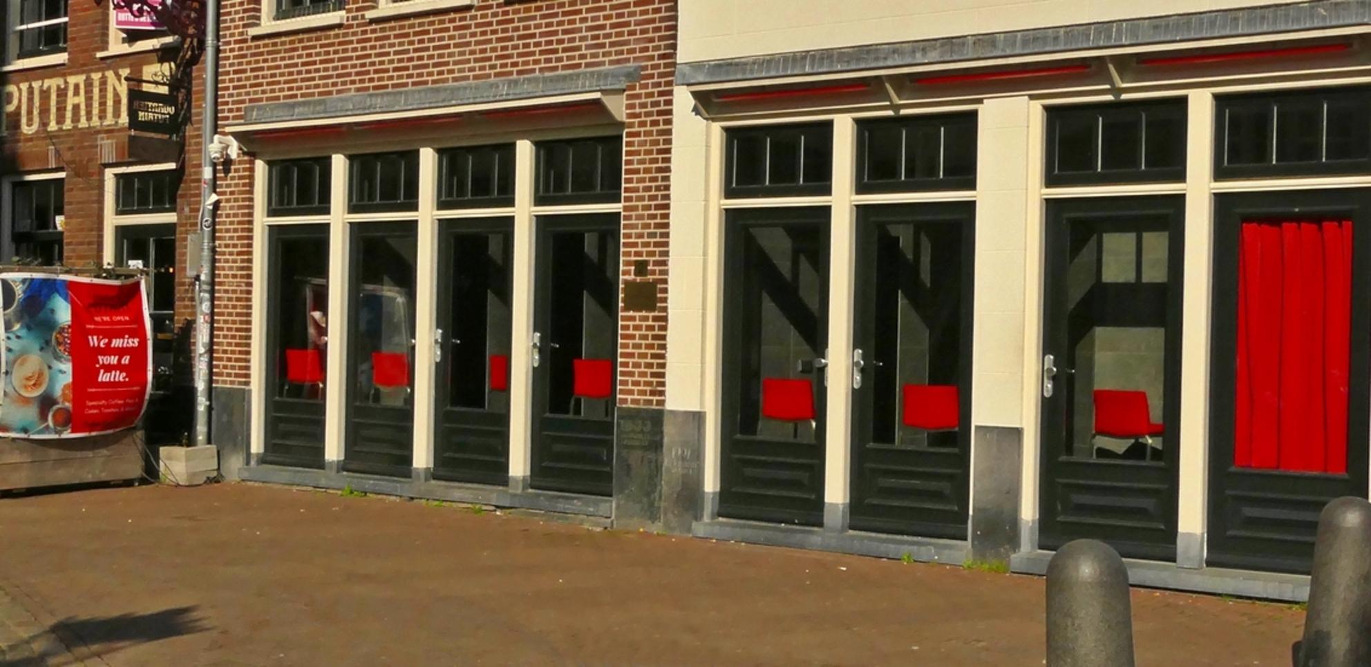 Stilte achter de ramen.... - - - foto door MaryBruijn op 03-03-2021 - deze foto bevat: oud, amsterdam, kleur, stad, straatfotografie, centrum - Deze foto mag gebruikt worden in een Zoom.nl publicatie