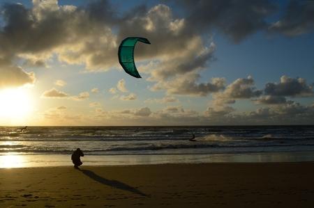 Kitesurfer - Kitesurfer tijdens zonsondergang, the golden hour. - foto door Reez op 10-09-2015 - deze foto bevat: strand, zee, sunset, sport, zonsondergang, kitesurfer, kite, noordwijk, zand, kust, fotograferen, holland, zonlicht, nederland, mooi, beach, kitesurfing