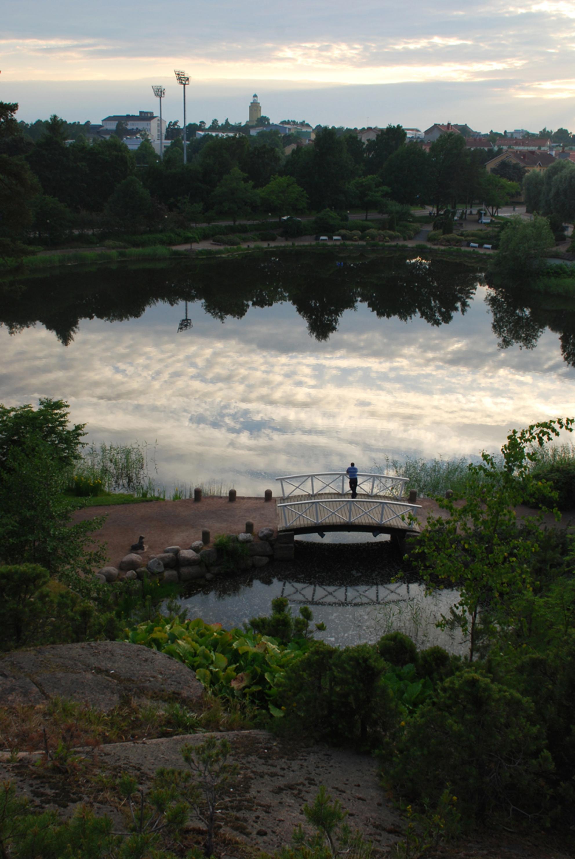 Bewerkingsuitdaging 2013 week 45 - 46 - Sapokka Waterpark, Kotka, Finland Een oase van rust aan de rand van de meest drukke exporthaven van Finland.  Alle inzenders van de vorige uitdagi - foto door jopper op 10-11-2013 - deze foto bevat: vijver, reflectie, finland, parken, kotka, jopper, buwk45-46-2013