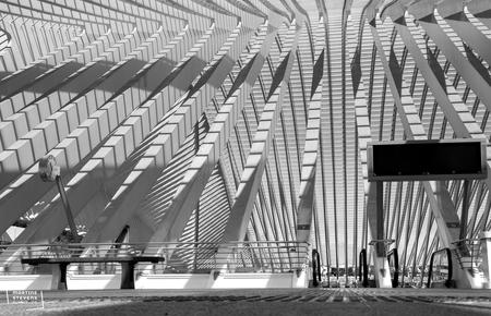 A lot of shadows - Een zonnige dag op station Guillemins in Luik waardoor je mooie schaduwen ziet - foto door MartineStevens op 12-01-2021 - deze foto bevat: station, zon, licht, lijnen, architectuur, luik