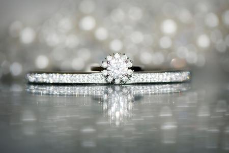 Ringshot - Een ringshot in combi met de armband van bruidje Mirjam. Heerlijk al die bling bling! - foto door mandyweerd op 21-12-2020 - deze foto bevat: trouwen, ring, sieraden, armband, glitters, Bling bling