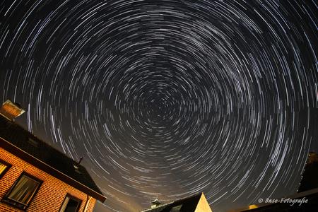 Gardentrail - Sterrenspoor, de rotatie van de aarde vastgelegd in 30 minuten. - foto door BaseAid op 10-08-2015 - deze foto bevat: lucht, donker, licht, sporen, landschap, ster, nacht, star, cirkels, sterrenspoor, startrail, lange sluitertijd