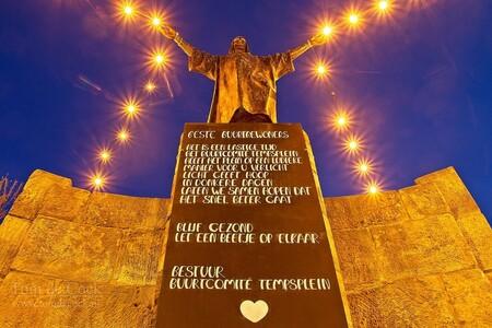 Verlicht Jezusbeeld op Tempsplein - - - foto door cockie op 16-04-2020 - deze foto bevat: kleur, straat, blauw, geel, licht, avond, beeld, jezus, nacht, perspectief, plein, straatfotografie, centrum, lampen, steun, vanonderen, blauw uurtje, lichtsterren, andere hoek