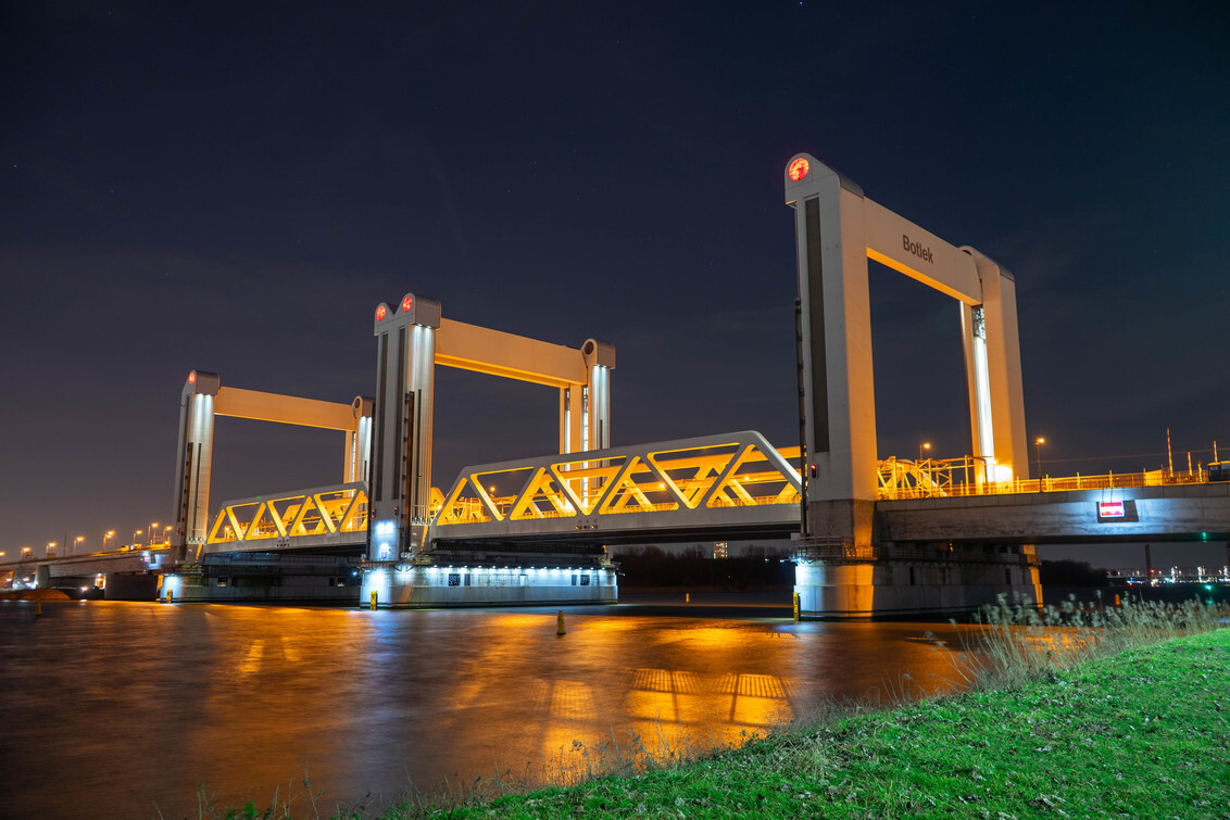 Botlek brug - - - foto door Colinvdh op 26-02-2021 - deze foto bevat: rotterdam, avond, brug, nacht, lange sluitertijd