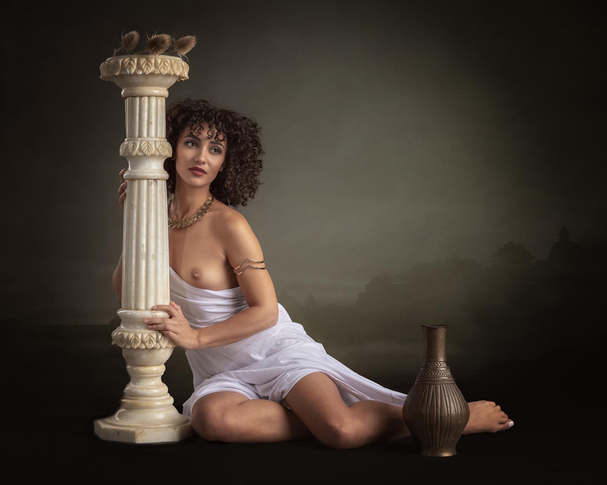 Greek goddess - Mischkah - foto door jhslotboom op 01-07-2018 - deze foto bevat: vrouw, soft, portret, landschap, model, erotiek, beauty, naakt, pose, studio, schoonheid, grieks, klassiek, zuil, krullen, pilaar, brunette, godin, artistiek, goddess, gewaad, backdrop, mischkah - Deze foto mag gebruikt worden in een Zoom.nl publicatie