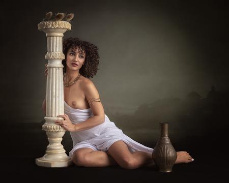 Greek goddess - Mischkah - foto door jhslotboom op 01-07-2018 - deze foto bevat: vrouw, soft, portret, landschap, model, erotiek, beauty, naakt, pose, studio, schoonheid, grieks, klassiek, zuil, krullen, pilaar, brunette, godin, artistiek, goddess, gewaad, backdrop, mischkah