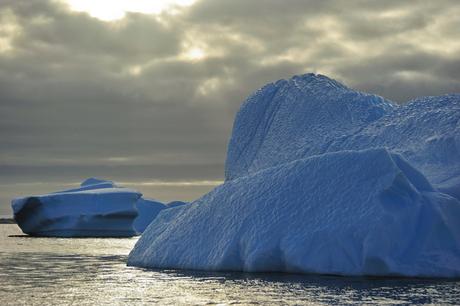 ijsberg in de namiddag