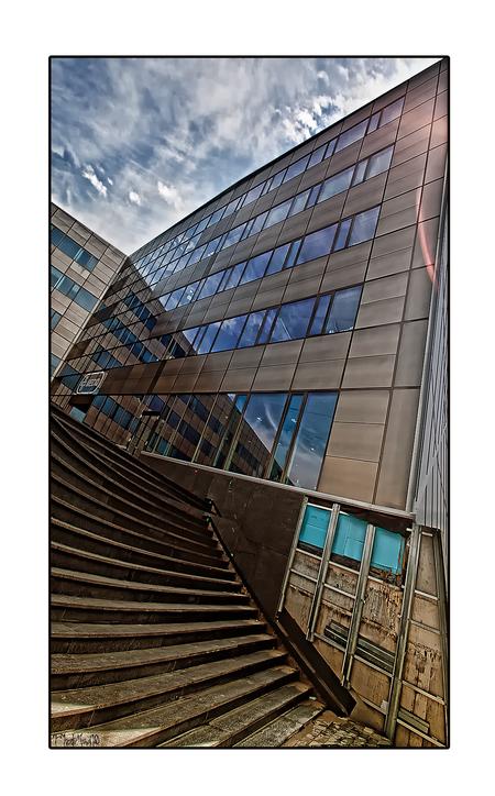 Mediq 4 - Bij dit prachtige strakke gebouw valt me het onafgewerkte stuk rechtsonder meteen op. Zoiets snap ik nou nooit zo goed, waren de materialen op, was  - foto door PhotoMad op 16-06-2010 - deze foto bevat: architectuur, mediq