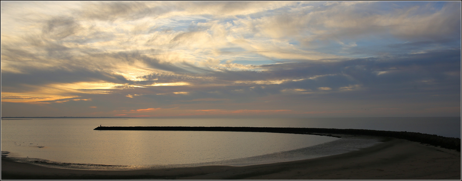"""Zonsondergang Brouwersdam - De strekdam, mijn favoriete plek voor zonsondergang bij de Brouwersdam.  Iedereen bedankt voor de mooie reacties op en waardering voor """"Grijze Zeeh - foto door gaklaasse op 22-11-2020 - deze foto bevat: lucht, wolken, zon, strand, water, panorama, natuur, licht, avond, zonsondergang, landschap, duinen, tegenlicht"""