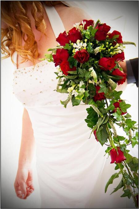 Bruiloft - Dit is geen geposeerde foto, ik heb geprobeer dit soort foto's tussen de bedrijven door te maken en deze is erg leuk gelukt. De bruid, haar jurk, het - foto door marsha2711 op 11-12-2013 - deze foto bevat: boeket, bruid, bruiloft, bruidspaar