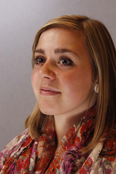 Chantal in een fotostudio met lichte achtergrond