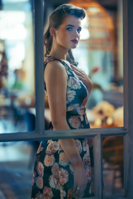 Emma - Muah: Mirjam Meijer - foto door Etsie op 17-11-2020 - deze foto bevat: vrouw, glas, licht, portret, model, flits, ogen, haar, vintage, meisje, beauty, deur, mode, fotoshoot, retro, visagie, fifties