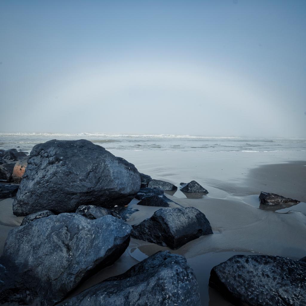basalt - Mooie lichtboog in de mist. - foto door Tomverdam op 03-03-2021 - deze foto bevat: strand, landschap, mist, kust, ameland, nikonz6, nikonclubnederland