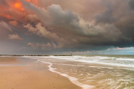 Zware regenwolken tijdens zonsopgang