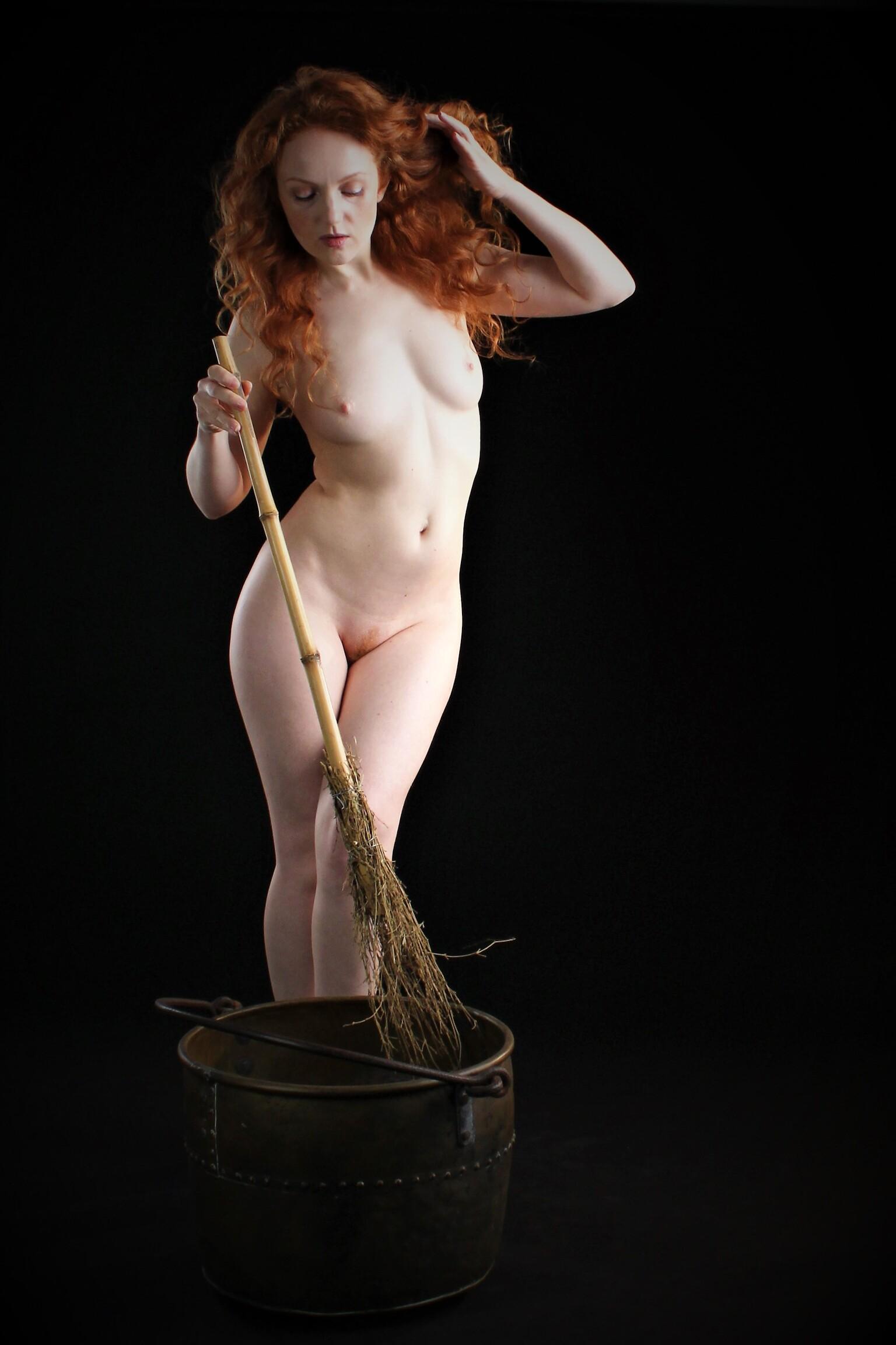 Like a witch - Model: Ivory Flame - foto door MathieuMagne op 09-04-2021 - deze foto bevat: naakt, heks, bezem, ketel, roodharige, studio, model, flitsfotografie, gebaar, dij, borst, kofferbak, elleboog, kunstmodel, taille, knie, buik