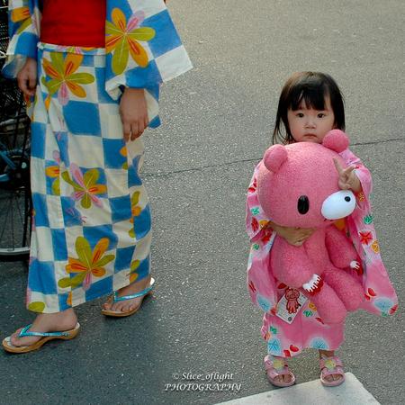 Traditional Japan - 2 - Tijdens mijn laatste reis naar Japan waren er diverse culturele festiviteiten in Tokyo met traditionele klederdracht. - foto door GJH1970 op 10-04-2021 - locatie: Tokio, Japan - deze foto bevat: japan, tokyo, klederdracht, traditie, traditioneel, kind, geisha, kapsel, speelgoed, textiel, mouw, zoogdier, pop, straatmode, patroon, gelukkig, zak