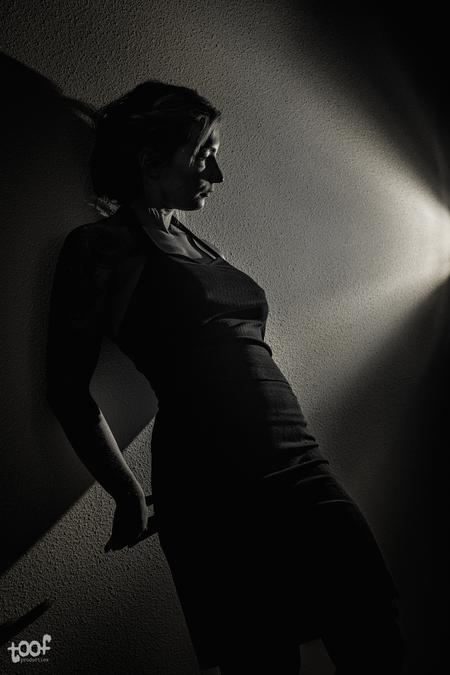 Out of the shadows... - Een portret uit een shoot/experiment met 1 flitser. - foto door toof op 15-04-2021 - locatie: Breda, Nederland - deze foto bevat: vrouw, zwartwit, bnw, portret, lowkey, schaduw, pose, strobist, d850, nikon, lichtval, donker, silhouet, flitsfotografie, staand, gebaar, zwart en wit, grijs, taille, stijl, elleboog, tinten en schakeringen, mode ontwerp