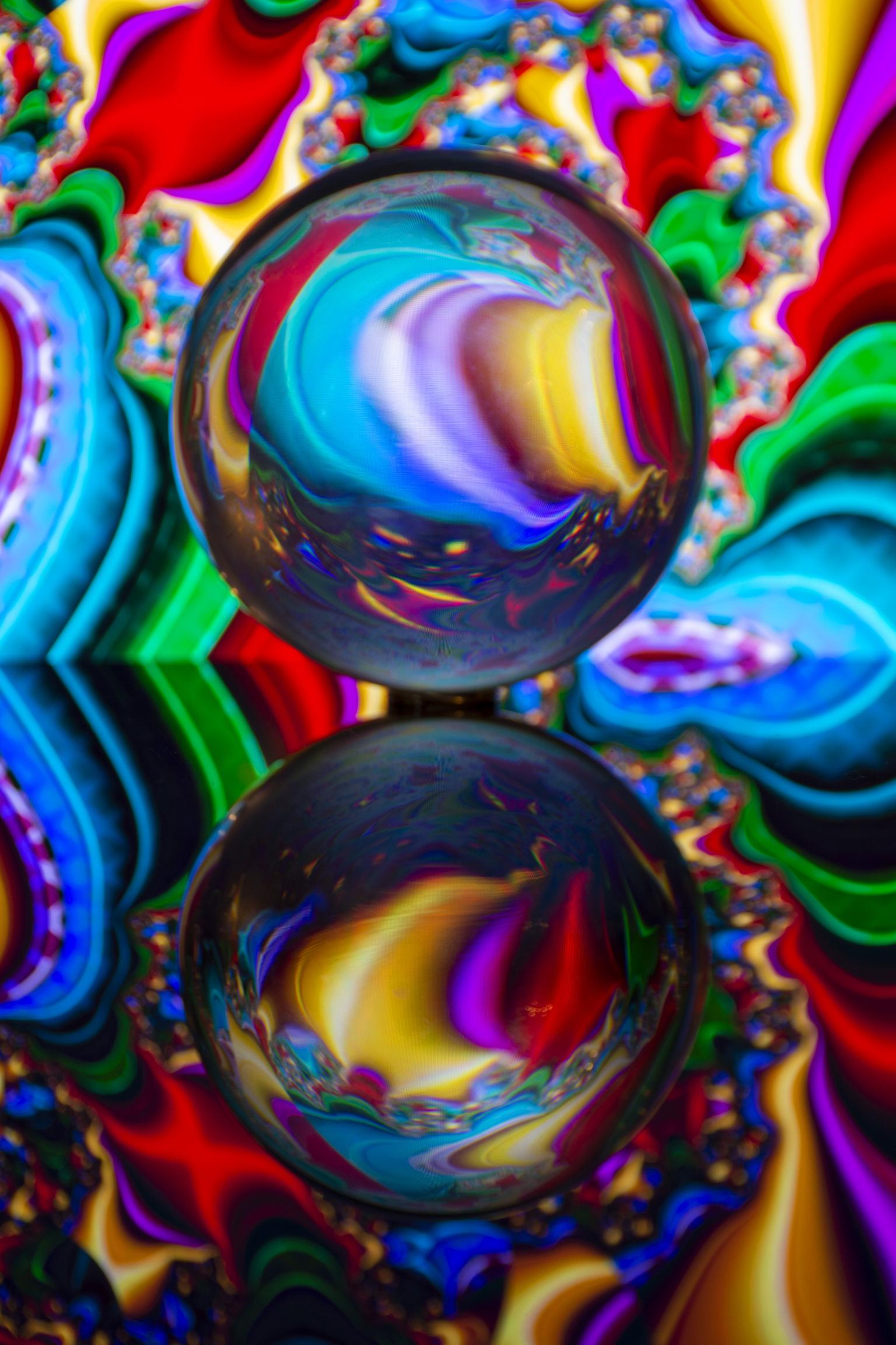 lensbal art - deze foto is met een lensbal gemaakt, de achtergrond is mijn laptop. - foto door jeanet1971 op 10-04-2021 - locatie: 3155 Maasland, Nederland - deze foto bevat: kleurrijkheid, licht, water, vloeistof, plantkunde, organisme, kunst, magenta, schilderen, cirkel
