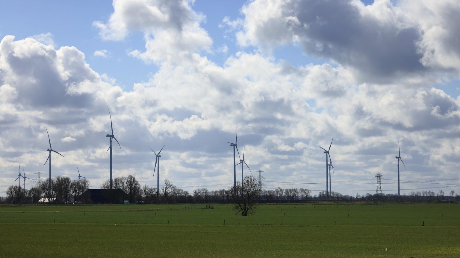 Donkere wolken. - Donkere wolken boven de vele windmolens van Geefsweer. - foto door jaapdekker op 13-04-2021 - locatie: 9937 TC Geefsweer, Nederland - deze foto bevat: wolken, geefsweer, wolk, lucht, windmolen, fabriek, windmolenpark, natuurlijk landschap, elektriciteit, windturbine, land veel, boom