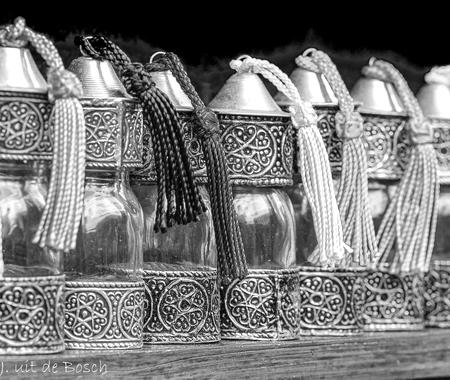 op rij  - Marokko   reis 2019 - foto door boschtak op 14-04-2021 - deze foto bevat: stoel, lettertype, drinkwaren, kunst, facade, metaal, patroon, monochroom, glas, duisternis
