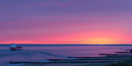Towards a new Horizon - Een schip op weg naar de horizon bij zonsondergang op de Noordzee. - foto door niels_vandijk89 op 27-07-2015 - deze foto bevat: kleur, zon, strand, zee, panorama, natuur, licht, boot, avond, zonsondergang, spiegeling, duinen, tegenlicht, haven, kust, noordzee, oceaan