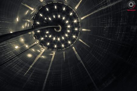 Alien Mothership - Deze Foto is genomen in een lege silo. en je waant je echt als of boven je een UFO zwweft. - foto door Leftlane4x4 op 23-12-2015 - deze foto bevat: oud, lijnen, architectuur, perspectief, zwartwit, verlaten, vervallen, duitsland, urbex, urban exploring, lange sluitertijd