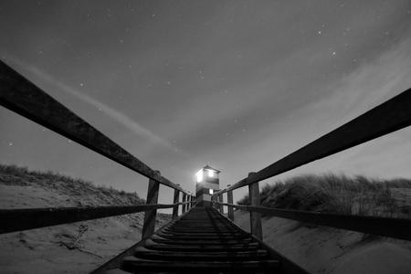 Vuurtorens van Kaapduinen - Zeeland - Zicht op één van de vuurtorens van Kaapduinen, Dishoek, Zeeland. - foto door Krulkoos op 28-01-2021 - deze foto bevat: trap, strand, vuurtoren, licht, zeeland, nacht, perspectief, toren, dunes, light, zwartwit, nachtfotografie, beach, lighthouse, dishoek, baken, koudekerke, zwartenwit, beam, perspective, leica, biggekerke, uizicht, valkenisse, zwartwitfotografie, maurice weststrate, thisiszeeland, d-lux 7, dlux7, kaapduinen, leica camera, firetower