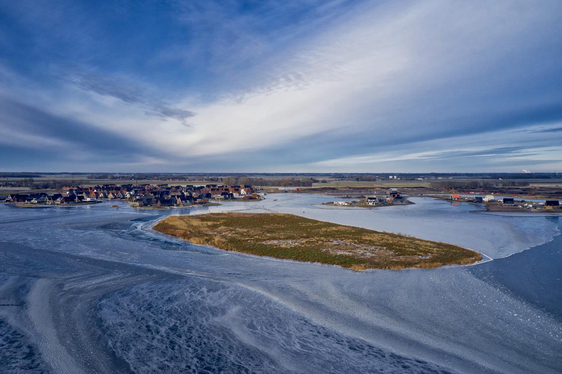 Mavic pro 2 - Gemaakt in Meerstad, Groningen - foto door druth op 04-03-2021 - deze foto bevat: lucht, wolken, water, panorama, natuur, sneeuw, winter, vakantie, ijs, spiegeling, landschap, meer, polder, hdr, lange sluitertijd