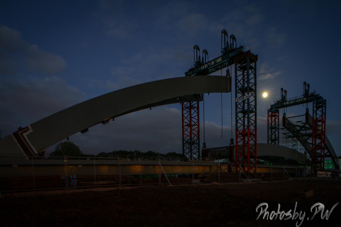 Building a bridge - Momenteel wordt er naast de A2 bij Utrecht een nieuwe spoorbrug gebouwd.  Na een blik op TPE heb ik toch de camera maar gepakt.  Deze foto is daa - foto door PeterWesterik op 12-05-2017 - deze foto bevat: nacht, raw, industrieel