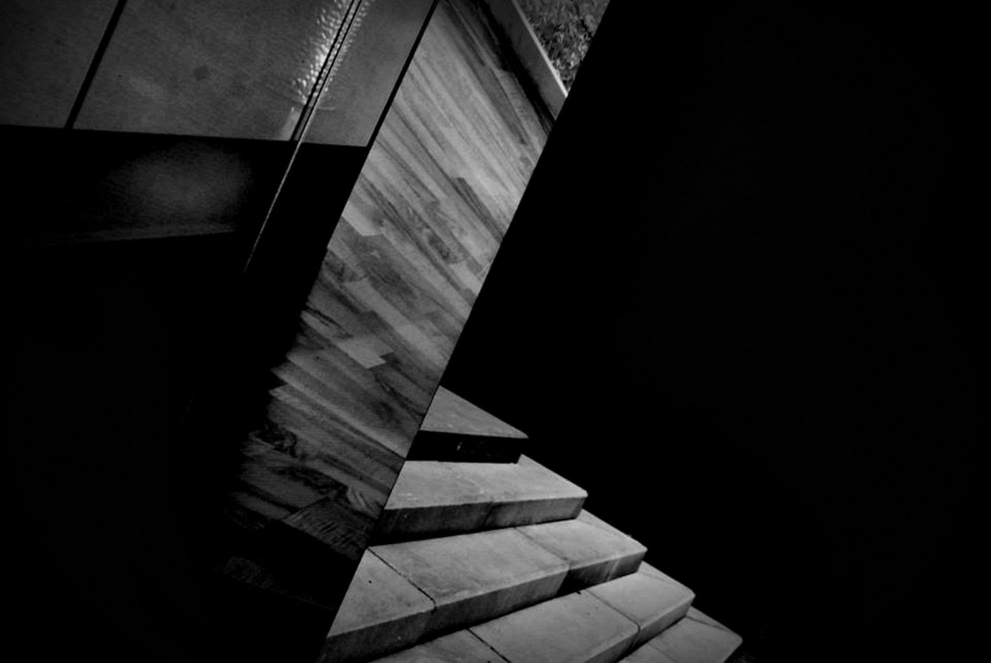 Halfway Up the Stairs - - - foto door bramvanreusel op 29-11-2016 - deze foto bevat: zwartwit, straatfotografie, stairs - Deze foto mag gebruikt worden in een Zoom.nl publicatie