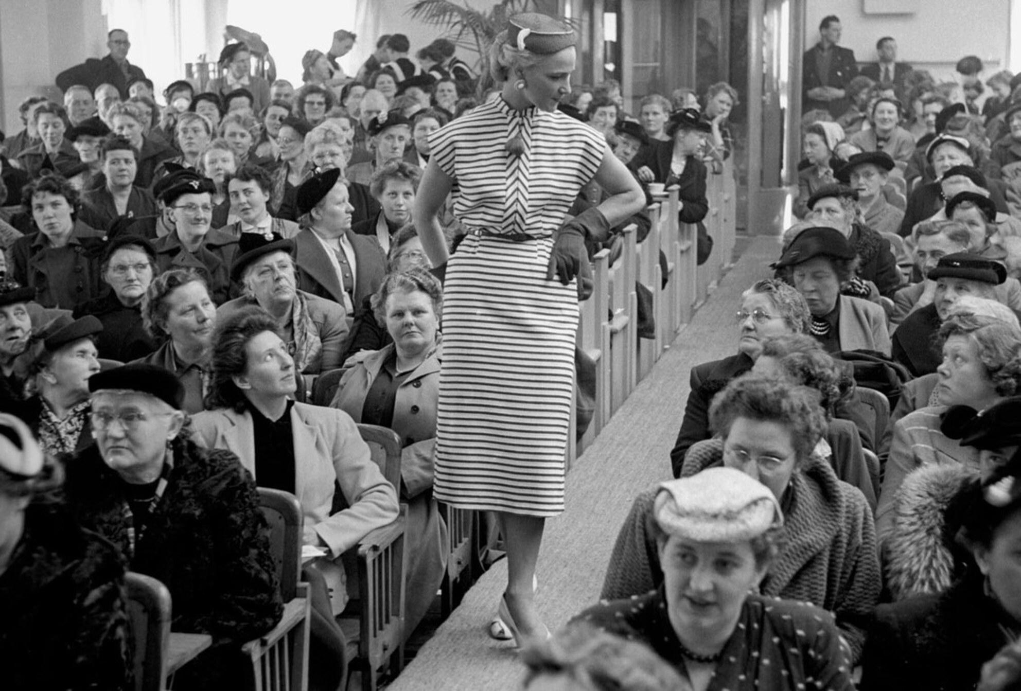 modeshow - febr. 1955; modeshow Fotograaf; Harry Bedijs Copyright; Stichting Foto Bedijs - foto door Bedijs op 30-01-2017 - deze foto bevat: mode
