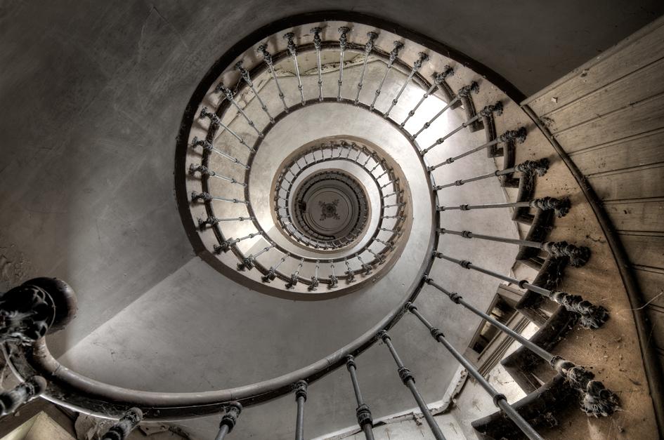 Twisted Stairs - Een aantal weken geleden heb ik 1600km gereden, puur voor deze ene trap. Je moet er wat voor over hebben hè..... - foto door daanoe op 11-05-2012 - deze foto bevat: trap, boerderij, vervallen, verval, urbex, spiraal, exploration, maison, exploring, exploren, daanoe