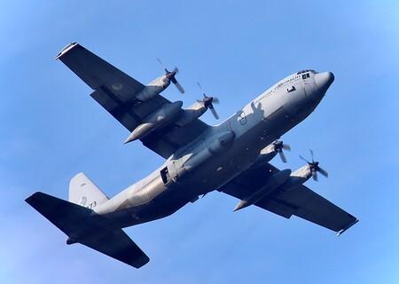 Hercules C 130-30H G-273 Squadron Royal Dutch Air Force. - Herdenking 20 sept 2020 aan 76  jaar Vrijheid !!!  Is een jaarlijkse ode aan onze internationale en nationale  Airborne  Para's. dropping op de Ginke - foto door cmooren op 13-04-2021 - deze foto bevat: lucht, vliegtuig, luchtvaart, lucht- en ruimtevaartfabrikant, voertuig, vliegreizen, propeller, vliegtuigmotor, reizen, militair vliegtuig