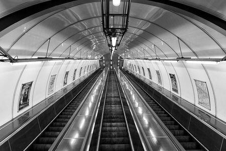 Downstairs - Metro Praag - foto door cor010 op 31-05-2016 - deze foto bevat: abstract, licht, trein, beeld, stilleven, beweging, verlaten