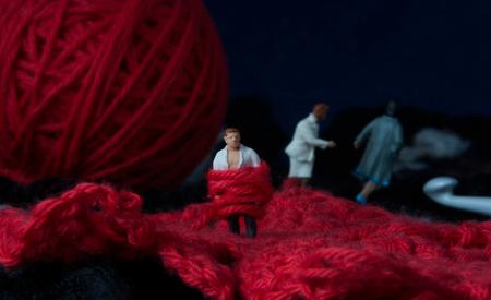 Ontrouw 2 - Kleine mensen in een grote wereld. - foto door jopper op 04-11-2014 - deze foto bevat: rood, macro, mens, mini, wol, handwerk, relatie, jopper, ontrouw
