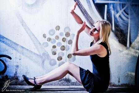 Charlotte - Model: Charlotte Visagie: Sabine  Ik vond deze foto wel wat aparts hebben. Door de pose en het licht vond ik het een 'buitenaards' tintje hebben. - foto door Kagayaki op 16-07-2008 - deze foto bevat: blauw, zon, licht, model, ufo, grafity, fel, pose, alien, buitenaards, bob, charlotte, sabine, visagie, kagayaki, joziasse