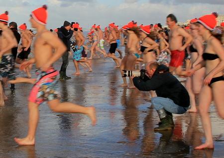 """""""De foto"""" - Als fotograaf moet je de nodige risico's nemen om """"de foto"""" te maken voor het Nieuws. - foto door Derine op 10-01-2013"""