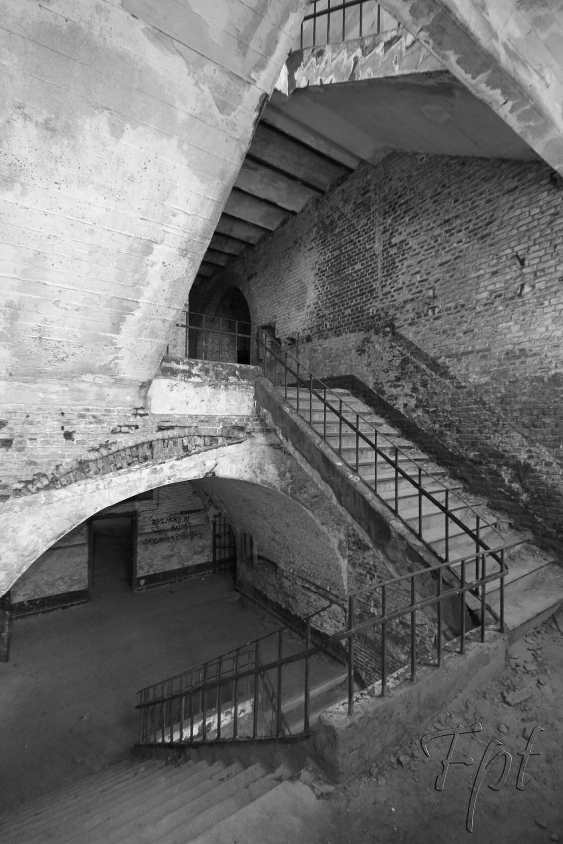 trappen huis - in een verlaten gebouw, - foto door fpt op 02-10-2012