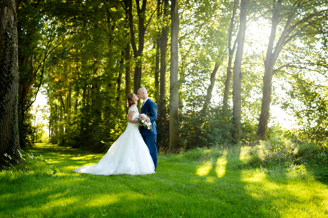 verliefd, verloofd, getrouwd - Prachtig stel en prachtige natuur! Zo ontwenning voor de camera maar tijdens de dag was dit helemaal weg! Heerlijk als stellen weer zo verliefd op  - foto door mandyweerd op 21-12-2020 - deze foto bevat: trouwen, bruidspaar, verliefd, getrouwd, verloofd, trouwereportage