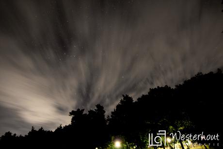 Duistere nacht met wolkenvelden