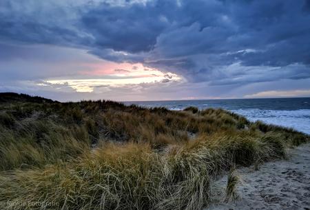 zonsondergang Texel - midweekje texel - foto door Rinkiej op 14-04-2021 - locatie: Texel, Nederland - deze foto bevat: lucht, wolk, water, fabriek, azuur, natuurlijk landschap, horizon, strand, cumulus, grond