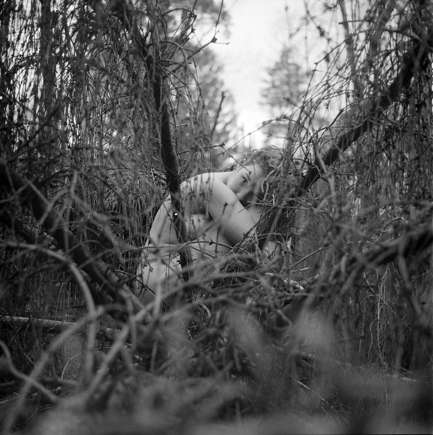 Noa - Rolleiflex T, Ilford HP5+ - foto door alexander-snel op 12-04-2021 - deze foto bevat: atmosfeer, oog, venster, menselijk lichaam, hout, takje, fabriek, lucht, zwart en wit, kofferbak