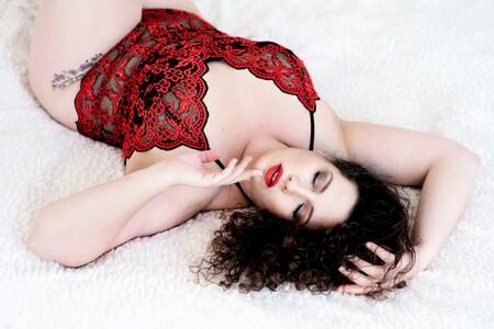 Curvy Naline - De prachtige Naline is curvy model. En wat kan een grotere maat ook mooi zijn! - foto door glamourenboudoir op 27-02-2021 - deze foto bevat: rood, model, lingerie, sexy, boudoir, Plus Size, curvy