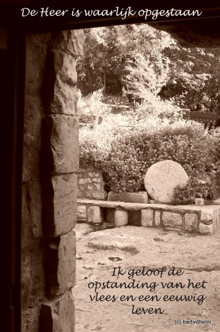 Open graf - De foto is genomen vanuit het graf van Jezus. Op de achtergrond de weggerolde steen. - foto door Zwier_zoom op 29-01-2010 - deze foto bevat: jezus, graf, jeruzalem