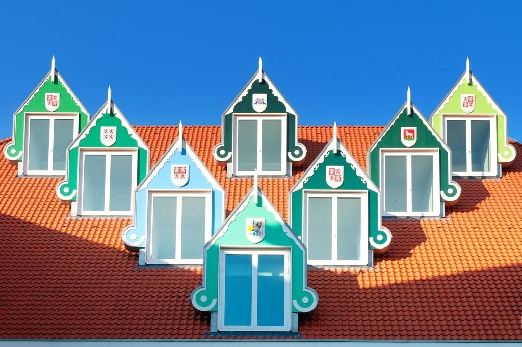 Dakkapellen Zaanse Stijl - Op het dak van het nieuwe stadhuis van Zaandam, staan o.a. deze dakkapellen, geheel in Zaanse stijl. - foto door dickbleeker op 24-10-2011 - deze foto bevat: zaanstreek, zaans, dakkapellen, stadhuis Zaandam