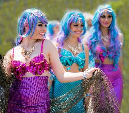 Mermaid parade  - Mermaid parade  - foto door Straub op 11-04-2021 - locatie: Coney Island, Brooklyn, New York, Verenigde Staten - deze foto bevat: gezicht, glimlach, kapsel, purper, groen, azuur, blauw, mode, gelukkig, roze