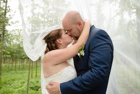 intiem moment - Zo veel liefde tijdens de dag van dit bruidspaar! - foto door mandyweerd op 04-09-2018 - deze foto bevat: wind, liefde, love, bruidspaar, intiem, sluier