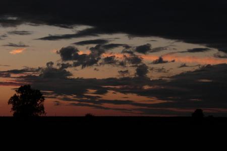 there goes the sun - deze foto werd genomen nadat de zon net was ondergegaan. deze spectaculaire wolken compositie vond ik de moeite waard om te fotograferen - foto door kjellmargodt op 01-05-2011 - deze foto bevat: wolken, boom, licht, canon, eos, zondsondergang, 500d