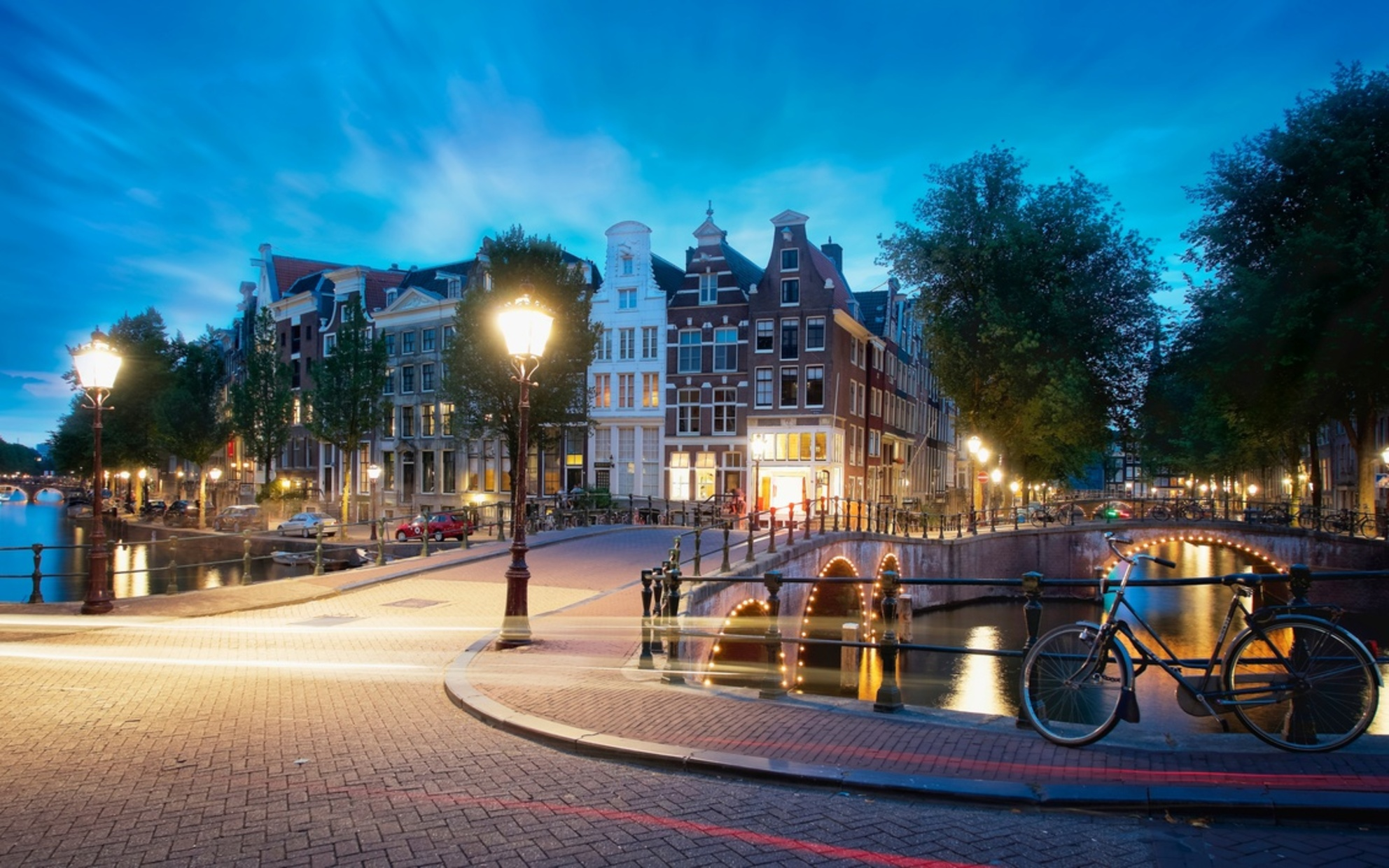 Keizersgracht Famous Cross - This time I went to Amsterdam with a colleague. I did few photos taking the opportunity of the incredible warm and nice day. For this photo I did not - foto door lcutolo op 15-08-2018 - deze foto bevat: amsterdam, bridge, water, sunset, monument, art, holland, flowers, city, reflections, sharp, world, sky, sony, tulip, architecture, colours, canal, ams, vignette, europe, tlp, tourism, cityscape, city life, light trails, city lights, ngc, sony a7ii, world trekker, luca cutolo, city centre, onone raw, zeiss lens, intense colors, canal boat - Deze foto mag gebruikt worden in een Zoom.nl publicatie