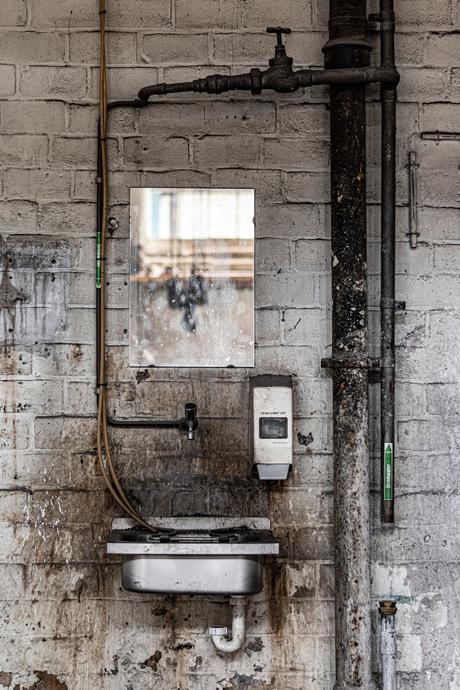 In een oude fabriek